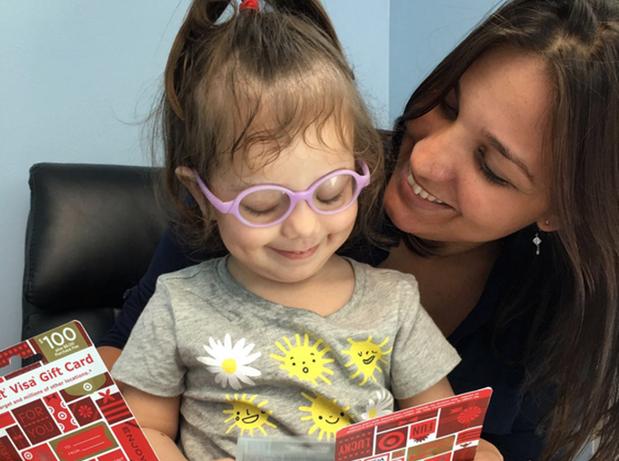 20783d77c Catarinense Nicolly, de 2 anos, tem glaucoma e fez cirurgia nos EUA. Vídeo  mostra momento em que criança enxergou a mãe pela 1ª vez.